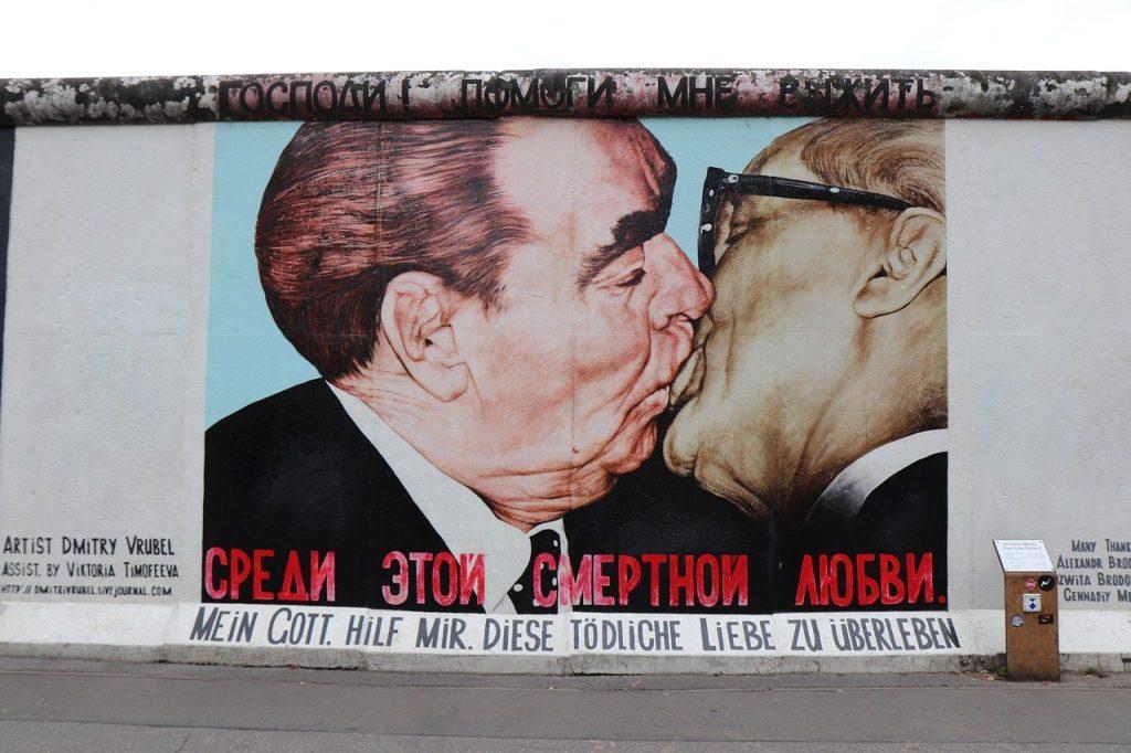 kiss, men, east-berlin east side gallery